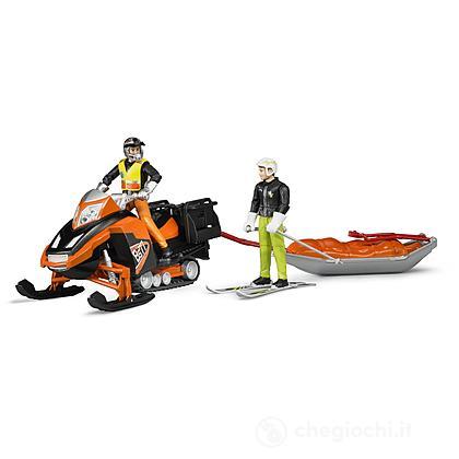 Motoslitta con figura, slitta soccorso e sciatore