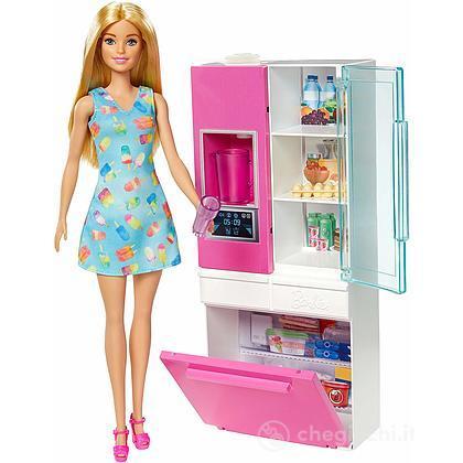 Barbie Playset Arredamento Frigo con Bambola(GHL84)