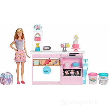 Barbie Cake Design, Playset Pasticceria con Bambola Inclusa e Accessori Decorazione Torte (GFP59)